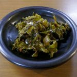 暖暮 - ラーメンが出来上がるまでの間、無料のピリ辛高菜を食べて待ちます。