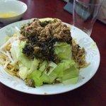 玉蘭 - 高菜乾麺。乾麺に高菜漬けがトッピングされたもの。思いっきり、混ぜて食べ、味わい、そして生卵をかけて混ぜて食べれば、2度美味しいです。