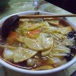 玉蘭 - 広東麺。筍、きくらげ、白菜、人参などの野菜の他、豚バラ肉、むき海老が入っており美味しかった。常連さんが、辛い広東麺を注文していましたが、それだと、四川風野菜あんかけ麺ですよね?(笑)
