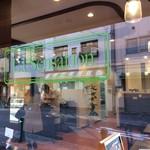 ラ・センサスィオン - 外から、ガラス窓を通しての店内