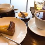 カメリア - ケーキセット ¥880〜  (山梨産ラフランスとキャラメルのベイクドチーズケーキ)