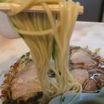 尾張ラーメン 第一旭 - 太目の低下水麺はそこそこのコシとモッチリ感は有りましたが、温い(*_*;