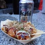 たこ焼十八番 - ソース&マヨ(6個・380円)と缶ビール(380円)