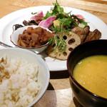 キツツキ - 野菜のごはん。この日のメインおかずは大豆ミートのから揚げ(蓮根の後ろ)。