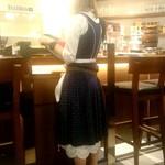ビアホール ビヤケラー東京 - ドイツの民族衣装・ディアンドルを来た店員さん