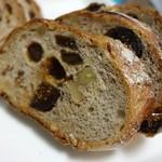 59891933 - いちじくと木の実のライ麦パン