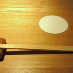 焼鳥今井 - ワインコルクを利用した箸置き/コースターでお客様をお出迎え