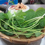 대광양곱창 춘화7호 - 焼けたホルモンは韓国らしく野菜に包みいただきました。
