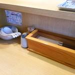 59905687 - 卓上セッティング(箸入れ、胡椒、楊枝、レンゲ)