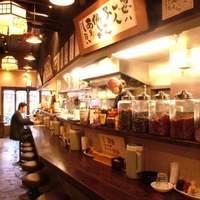 椿華亭 - カウンターには本場四川から取り寄せた香辛料などがあり、本場仕込み香が食欲をそそる♪