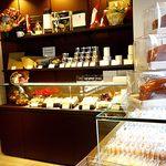 ア・テール - 内観;焼き菓子コーナー