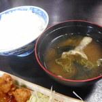 大城 - みそ汁、ご飯(トリ唐のレモン煮)