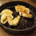 鉄なべ - 続いては熱々な鉄鍋餃子が着皿。やけどしそうなくらいに熱鍋は熱々です。