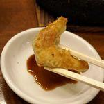 鉄なべ - まずは、タレにつけると見せかけてタレに付けずに食べてみると、カリカリと焼かれた皮とさっぱりとした餡がしっかりとマッチ!