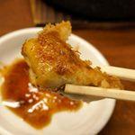 鉄なべ - 赤胡椒とタレを混ぜたつけダレにくぐらせることで、赤胡椒の辛さが効いてピリウマ!
