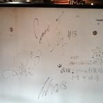 サンタズダイナー - 壁にもサイン