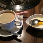 59916107 - ホットコーヒー/¥100と杏仁豆腐(マンゴーソース)