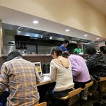 麺匠 玄龍 - 厨房とカウンター