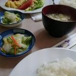 洋食フジイ - 日替わりランチ お味噌汁とお漬物