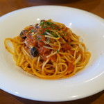 59927335 - 本日のスパゲッティー 黄ニラとカリフラワーとオリーブのトマトソースアンチョビ風味