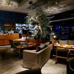 59928608 - 夜の店内。空間が贅沢に使われていて、ゆったりできます。