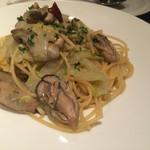 Base - 牡蠣と白菜のオイルパスタ