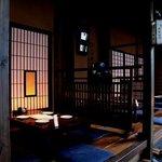 葱や平吉 - 日本の家屋をイメージした店内は、開放感のある高い天井と木の温もりある懐かしさを感じさせます。