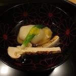 銀座一期 - 上にのし餅が乗ったエビしんじょと山口の松茸。でもお出汁が何より秀逸。