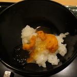 銀座一期 - 餡のかかった柔らかご飯にウニがとてもよく合っています。
