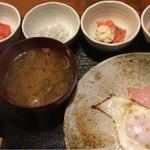 めしの助 - おまかせ朝定食(サーモンのおろしマヨネーズ添え・あん肝煮・釜あげしらす・明太子)