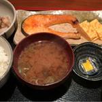 めしの助 - 焼鮭定食と、イカ納豆