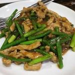 59937425 - 蒜苗肉絲1,450円、豚肉細切りとニンニクの芽の炒め