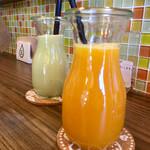 HAPPY Juice MAKER(フルーツショップカミヤ店内) - アボカドバナナミルクとオレンジジュース