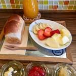 HAPPY Juice MAKER(フルーツショップカミヤ店内) - リンゴジャム、イチゴジャム、バターを添えました