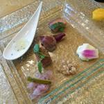 59944097 - 1612 ロベルトカレラ Bコース 前菜盛り合わせ(ヨコワカルパッチョ、白魚、パテ、ローストビーフ)