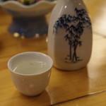 割烹 魚仙 - 先ずは新潟の一般酒「鶴の友」のお燗で温まる