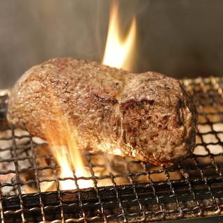 炭火で焼く塊肉
