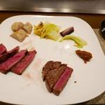 ステーキ・鉄板料理和かな - 黒毛和牛もも(左)と岩手短角牛フィレ(右)