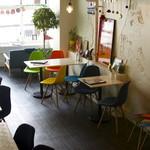 ナンバー 3 カフェ&ダイニング - 昼間は明るく、開放感のある店内♪