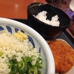 讃岐うどんの心 つるさく - 温玉ぶっかけうどん並+北海道男爵のコロッケ+小ご飯(610円)を頂きました。
