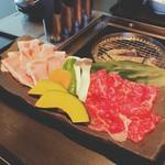 59954521 - 炙り焼き御膳のお肉♪黒毛和牛と豚肉の薄切り                       (写真は2人前)