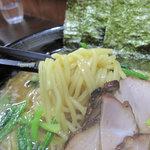 ラーメンさかえ - 中太のカクカクしてる、シコシコ麺です。美味しい!カタで頼めたので、茹で加減はリクエスト可能