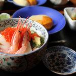 割烹 海鮮炭焼 藤 - 料理写真:ランチメニューの海鮮丼1050円。2010年12月撮影。