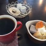 ニーゴー カフェ - 自家焙煎の珈琲(D) 450円(ミニデザート付き)