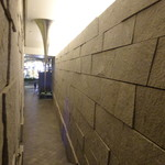 茶洒 金田中 - 帰りは反対側の階段から、突き刺さるようなオブジェは現代美術作家の杉本博司の作品