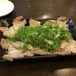 博多本格豚骨ラーメン 竹林 - 料理写真:もうかなり食べてたんで私はおつまみチャーシュー500円でビールをいただきました。