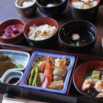 兼六園 三芳庵 - ボキらが注文したのは、夕顔弁当1500円(税別) 付出、八寸、御刺身、治部煮、御飯、吸物  なんだか思ったより豪華です!!