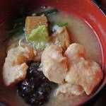 兼六園 三芳庵 - このセットには金沢名物の治部煮が付いてるのが嬉しいです。 治部煮は初めて食べたけど、とろみのついたお出汁が とっても美味しいよ。鶏肉、根菜、椎茸もいい味付け。 わさびが合うね~
