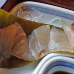 兼六園 三芳庵 - 中から鰆がこんにちは~ 鰆に昆布のお味がよく染みていて美味しいよ。 巻かれていた昆布も、ちょっと固いけど食べられる ということなのでボキらは美味しく頂きました。