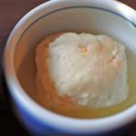 兼六園 三芳庵 - 海老しんじょ。これもお出汁がとっても美味しい~。 金沢に来て食べるお料理は、どれもお出汁が美味しくて お食事のレベルが高いな~というのがボキの感想です。